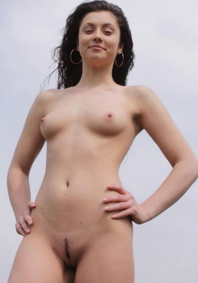 Фото голой девушки на фоне неба 13 фото