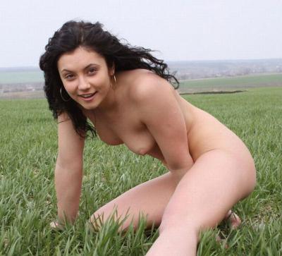 Голая женщина на траве 2 фото