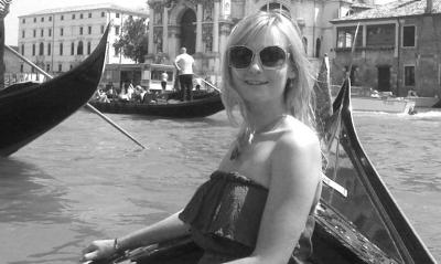 Итальянка в очках плывет на лодке 6 фото