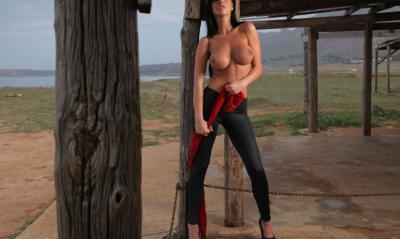 Голая девушка у деревянного столба 2 фото