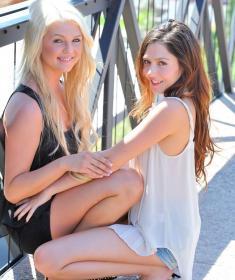 Две красивые девушки лесбиянки целуются (15 фото)