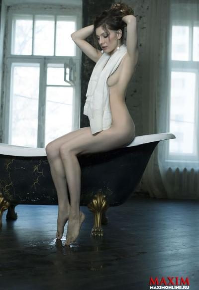 Елена Подкаминская сидит прикрытая полотенцем 5 фото