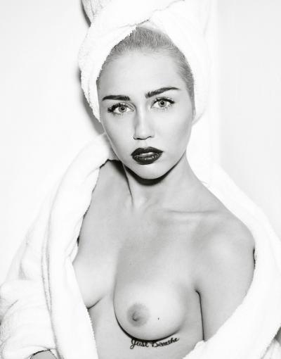Майли Сайрус с обнаженной грудью 1 фото
