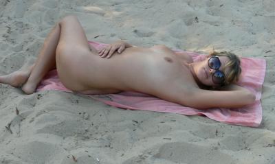 Голая полная дама 30 лет лежит на пляже 13 фото