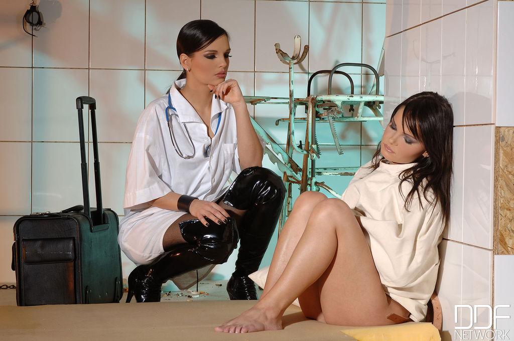 Врач женщина лесбиянка совращает свою пациентку, женщины с большими сиськами меряют лифчики