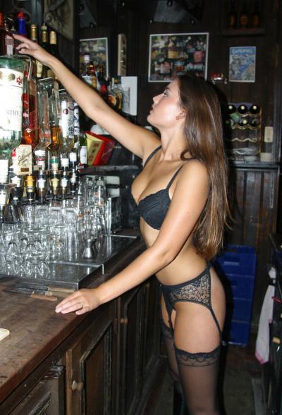 Девушка бармен в чулках с подтяжками 50 фото