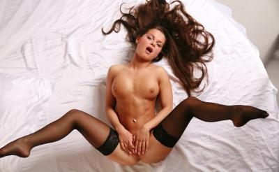 Девушка в чулках с обнаженной грудью 1 фото