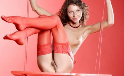 Голая девушка в красных чулках 43 фото