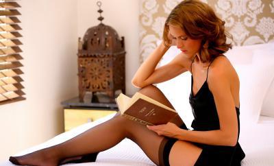 Одетая девушка в чулках читает книгу 39 фото