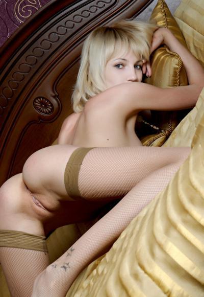 В чулках лежит голая на кровати 38 фото