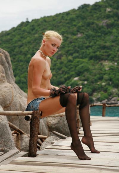 Худенькая девушка сидит в чулках с обнаженной грудью 17 фото
