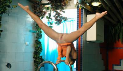 Голая девка гимнастка крутит финты 23 фото