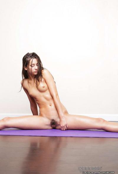 Голая гимнастка на спортивном коврике 34 фото