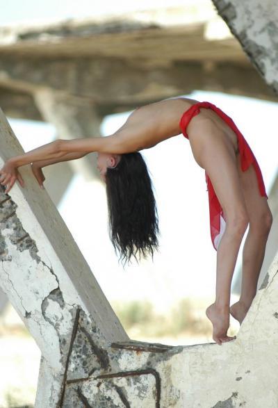 Голая гимнастка под мостом 11 фото