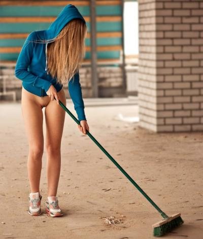 Девушка с голой пиздой делает уборку 30 фото
