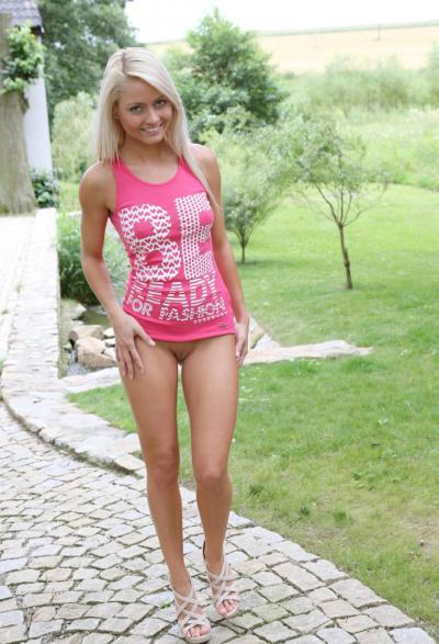 Девушка с голой пиздой ходит по двору 54 фото