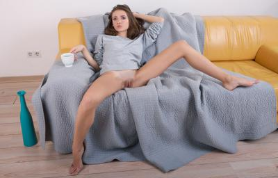 Девушка с раздвинутыми ногами на диване 38 фото