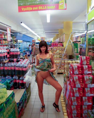 Девушка в продуктовом гипермаркете подняла платье и показала пизду 25 фото