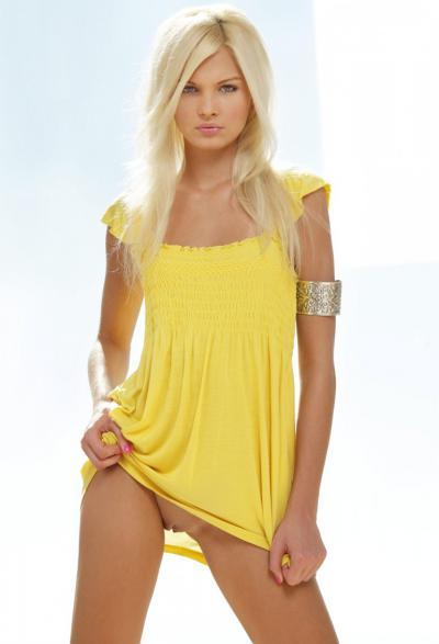 Девушка в желтом показывает пизду 29 фото