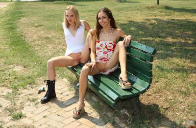 Две девушки на лавочке показали голую пизду 11 фото