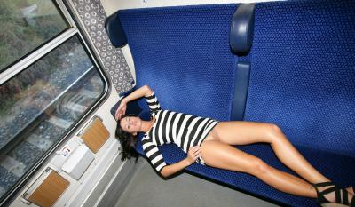 С голой пиздой едет в поезде 69 фото