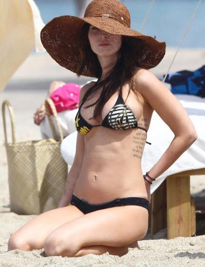 Меган Фокс на пляже в шляпе 40 фото