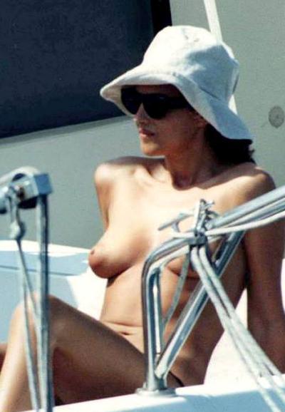 Моника Беллуччи голая в шляпе и очках 7 фото