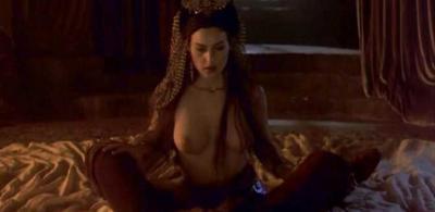 Моника Беллуччи сидит с голой грудью 10 фото