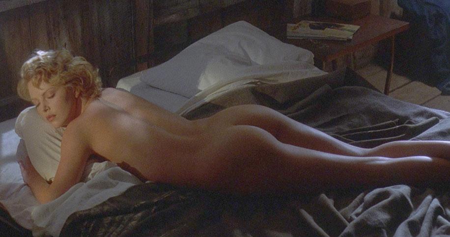 Шарлиз Терон лежит голышом
