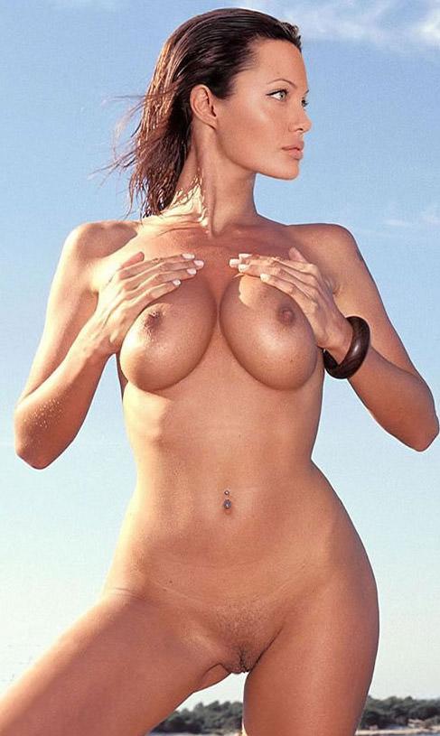 Анджелина Джоли трогает свою грудь