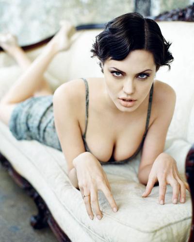 Анджелина Джоли фото лежа на диване 14 фото