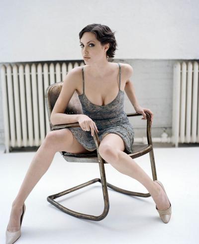 Анджелина Джоли фото на стуле 13 фото