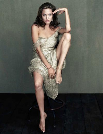 Анджелина Джоли позирует на стуле 15 фото