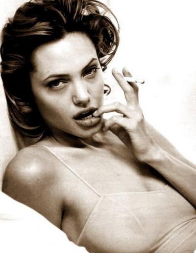 Анджелина Джоли с сигаретой 3 фото