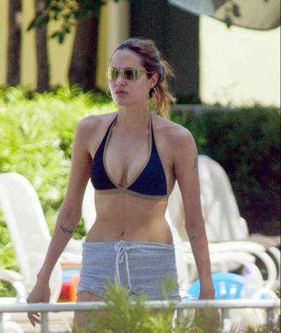 Анджелина Джоли в лифчике и шортиках 1 фото