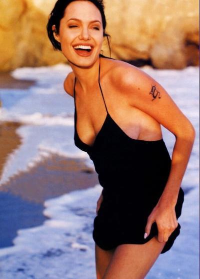 Анджелина Джоли в платье смеется 12 фото