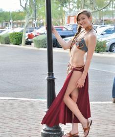 Девушка показывает пизду и мастурбирует на улице (15 фото)