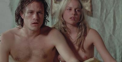 Кадр из фильма постельной сцены Эбби Корниш с голыми сиськами 32 фото