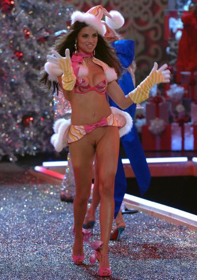 Праздничная Адриана Лима с голой пиздой 7 фото