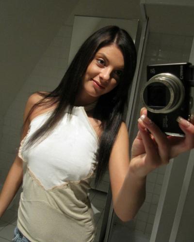 Брюнетка фотографирует себя перед зеркалом 1 фото