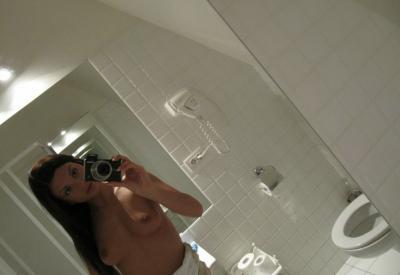 Девушка с голыми сисяндрами фотографирует себя 4 фото