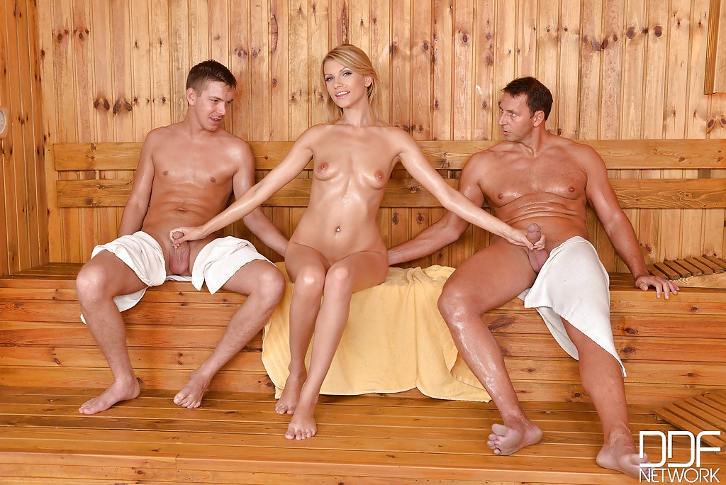 Женщина с пацаном в бане кончает лицо белых