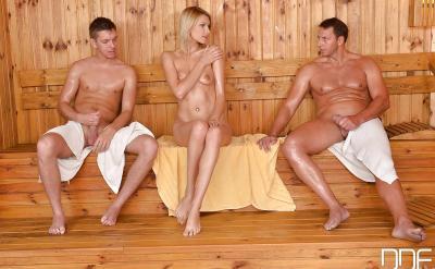 Два мужика и баба голые в сауне 2 фото