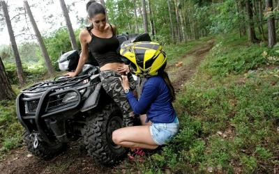 Девушка снимает штаны с девушки 4 фото