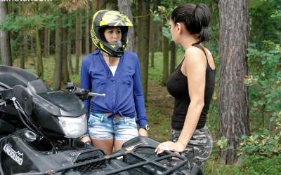 Две девушки в лесу 1 фото