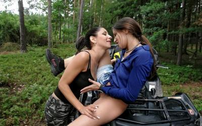 Ласки лесбиянок в лесу на квадроцикле 14 фото