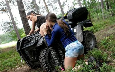 Лесби девушка целует жопу своей подруге 9 фото