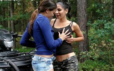 Лесбиянки молодые в лесу обнимаются 12 фото