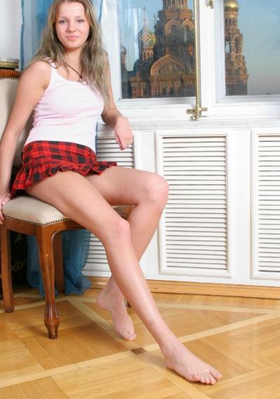 Девушка с длинными ногами сидит на стуле 2 фото