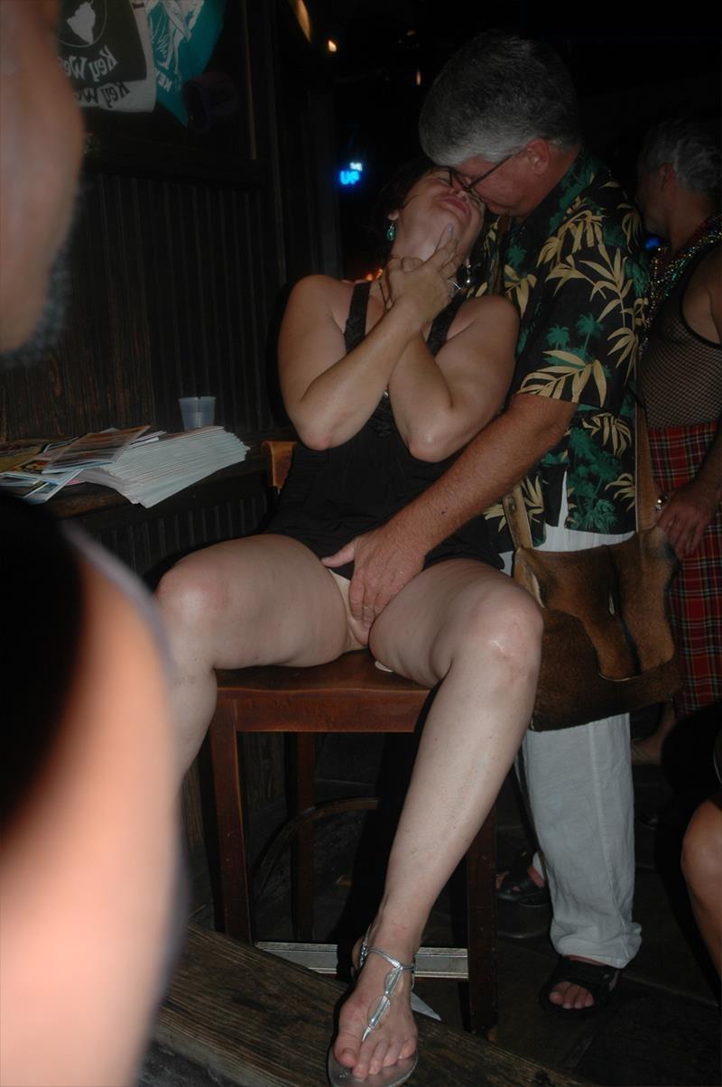 Блондинка трогает между ножек лесбиянок оргазм трансы